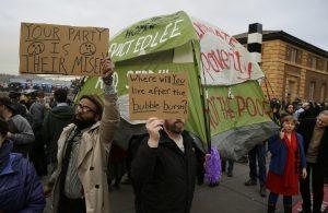Personas protestan con pancartas y una tienda de campaña durante una manifestación para exigir a las autoridades de la ciudad que haga más por ayudar a las personas sin hogar en San Francisco. Foto: AP