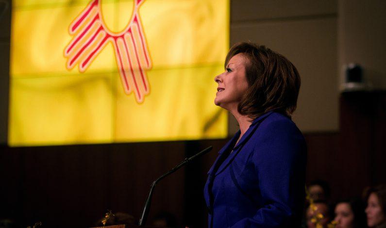 Gobernadora de New Mexico logra un cambio a ley de licencias
