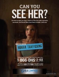 Un afiche que es parte de la campaña emprendida por el gobierno estadounidense contra el tráfico de personas, especialmente en aeropuertos, con afiches y carteles en pantallas electrónicas y bolsas de tiendas. Foto: AP