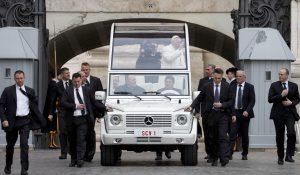 El papa Francisco llega en su papamóvil a la Plaza de San Pedro en el Vaticano el miércoles 23 de marzo del 2016. (AP Photo/Alessandra Tarantino)