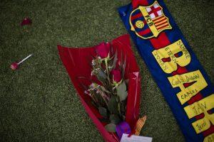 Flores y una bufanda del Barcelona aparecen en el césped durante un tributo al fenecido Johan Cruyff el sábado, 26 de marzo de 2016, en el estadio Camp Nou de Barcelona. (AP Photo/Emilio Morenatti)