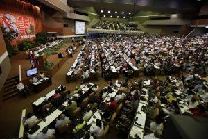 ARCHIVO -  En esta imagen del 19 de abril de 2011, miembros del Partido Comunista de Cuba asisten al 6to Congreso en La Habana, Cuba, donde el presidente Raúl Castro fue nombrado primer secretario del Partido Comunista cubano. (AP Foto/Javier Galeano, Archivo)