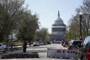 Un policía vigila una calle cerrada que lleva hacia el Congreso estadounidense, en Washington, el lunes 28 de marzo de 2016. Las autoridades pusieron bajo resguardo el Capitolio y la Casa Blanca tras reportes de disparos en la zona. Un policía resultó herido y una persona fue detenida. (Foto AP/Alex Brandon)