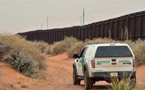 ARCHIVO - En esta imagen del 4 de enero de 2016, un agente de fronteras maneja junto a la cerca en la frontera entre Estados Unidos y México, en Santa Teresa, Nuevo México. (AP Foto/Russell Contreras)