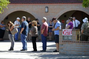 Personas hacen fila para votar en las primarias presidenciales de Arizona, el martes 22 de marzo de 2016 en Gilbert, Arizona. (Foto AP/Matt York)
