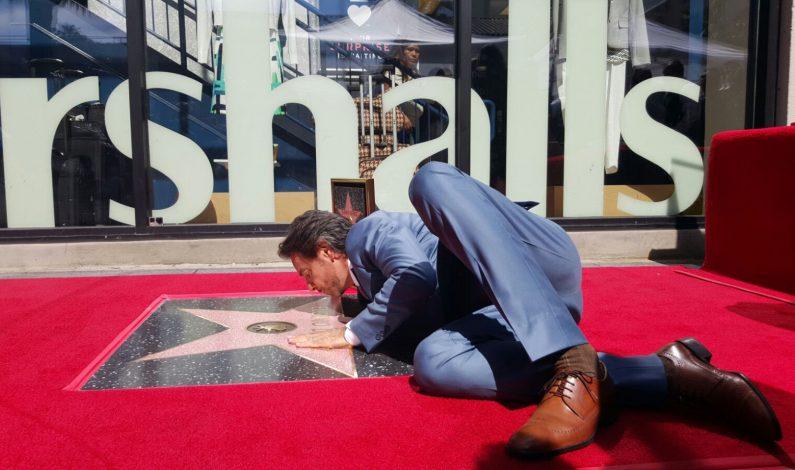Devela Eugenio Derbez su Estrella en el Paseo de la Fama de Hollywood
