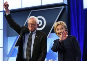Los precandidatos presidenciales demócratas, Hillary Clinton y Bernie Sanders, antes del comienzo del debate demócrata de Univisión y Washington-Post en la Universidad Miami-Dade, el miércoles 9 de marzo de 2016 en Miami. (Foto AP/Wilfredo Lee)