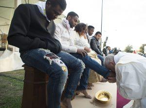 Francisco este año prefirío lavar los pies de inmigrantes para recordar al mundo la tragedia y el sufrimiento de los que se ven forzados abandoner sus hogares por la violencia, las guerras y la miseria.
