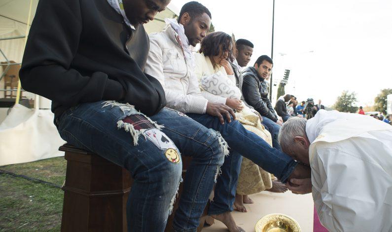 Francisco lavó los pies a inmigrantes de diferentes credos