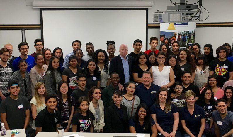 Senador McCain comparte su experiencia con jóvenes líderes