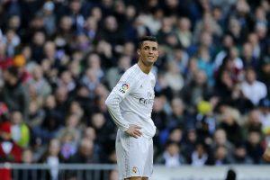 El astro del Real Madrid Cristiano Ronaldo es visto durante un partido de la Liga española contra el Atlético de Madrid  en el estadio Santiago Bernabeu el sábado, 27 de febrero del 2016.  (Foto AP/Paul White)