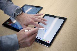 Un periodista prueba un nuevo iPad Pro durante una presentación en la sede de Apple en Cupertino, California, el 21 de marzo del 2016. (AP Photo/Marcio José Sánchez, File)