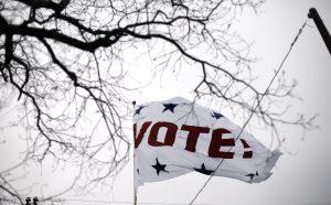 """Una bandera gigante con la palabra """"¡Vota""""! ondea en la empresa Dixie Flag Company para animar a las personas a participar en las votaciones primarias del Supermartes, en San Antonio, Texas, el 1 de marzo de 2016. (Foto AP/Eric Gay)"""