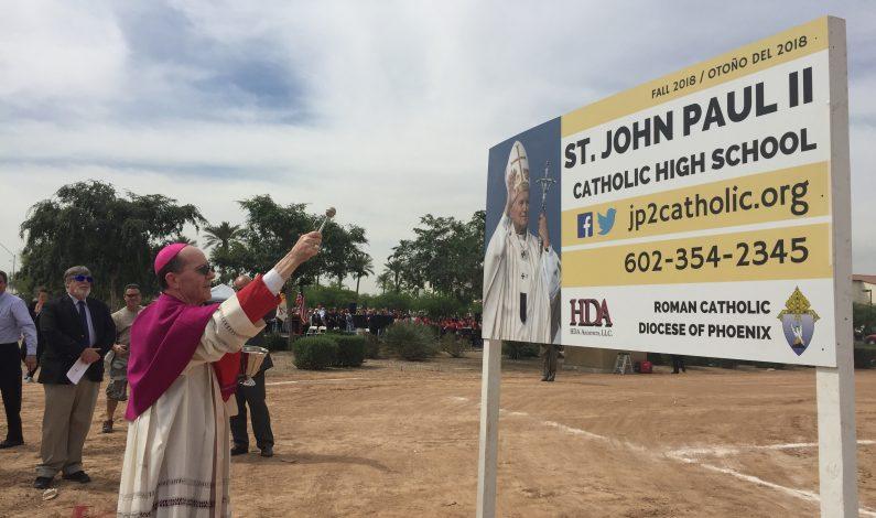Bendice Obispo terreno de primera secundaria católica en Avondale