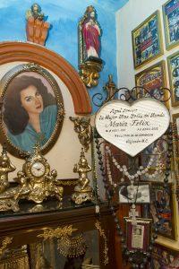 Centenares de objetos como joyas, perfumes, fotografías, reconocimientos, vestidos, peines y espejos dan vida a este recinto