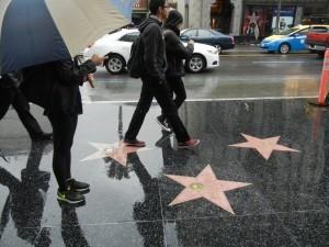 60410051. Los Angeles, 10 Abr 2016 (Notimex-José Romero).- La estrella de Donald Trump en el paseo de la Fama de Hollywood, además de ser objeto de vandalismo por los visitantes, ahora enfrenta una creciente demanda para que sea retirada. NOTIMEX/FOTO/JOSÉ ROMERO/COR/ACE/
