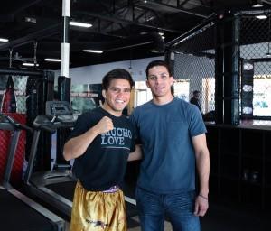 Henry Cejudo está listo para ir en busca del título súper mosca en el UFC 197 en Las Vegas. En la imagen al lado de Javier Ponce, uno de sus seguidores y residente de Phoenix. Foto: Jorge Melchor