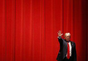 El precandidato presidencial republicano Donald Trump saluda antes de hablar en un acto de campaña en el St. Norbert College en De Pere, Wisconsin, el miércoles 30 de marzo de 2016. (Foto AP/Patrick Semansky)