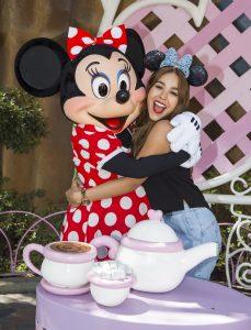 Danna Paola, visitó encantada a Minnie Mouse en su casa de Toontown en el parque Disneyland. Foto Cortesía- Paul Hiffmeyer