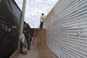 En la frontera de San Luis Río Colorado, el ayuntamiento local pintó de color crema más de 5 kilómetros de la valla metálica para cubrir el óxido, además de instalar unas pantallas y que los artistas locales expongan su obra plástica.