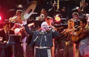 """Las lágrimas aparecieron en el rostro del cantante y el multitudinario coro de """"óChente Chente!"""" no dejaba de escucharse."""