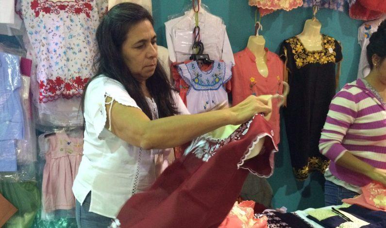 Mujer continúa tradición de bordado para pagar estudios de sus hijos