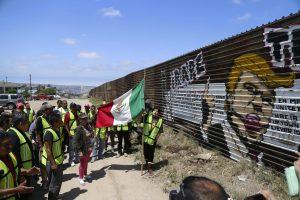 60510188. Tijuana, Baja California, 10 May 2016 (Notimex-Eduardo Jaramillo).-Activistas de Ángeles sin Fronteras destruyeron un mural alusivo al aspirante a la presidencia de Estados Unidos, Donald Trump, quien se ha manifestado en contra de la migrantes que radican en ese país, ubicado en el muro fronterizo que divide México y Estados Unidos. NOTIMEX/FOTO/EDUARDO JARAMILLO/EJC/HUM/