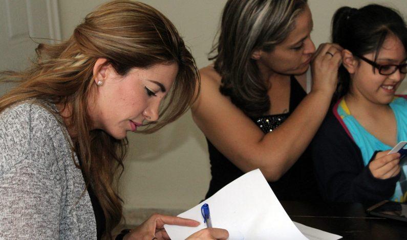 Madre repatriada se reúne con hija en frontera de Sonora