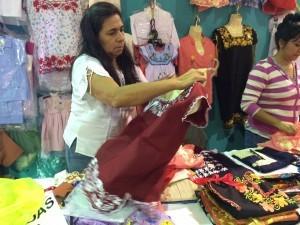 60510053. Villahermosa, 10 May. 2016 (Notimex-Jorge Almeida García).- Para ayudar a sacar adelante a sus tres hijos en sus estudios, Carmen Escamilla Yáñez, mujer yucateca, originaria de Mayapan, decidió continuar una tradición familiar que proviene desde su bisabuela como es el bordado y la venta de prendas típicas del estado. NOTIMEX/FOTO/JORGE ALMEIDA GARCÍA/JAG/HUM