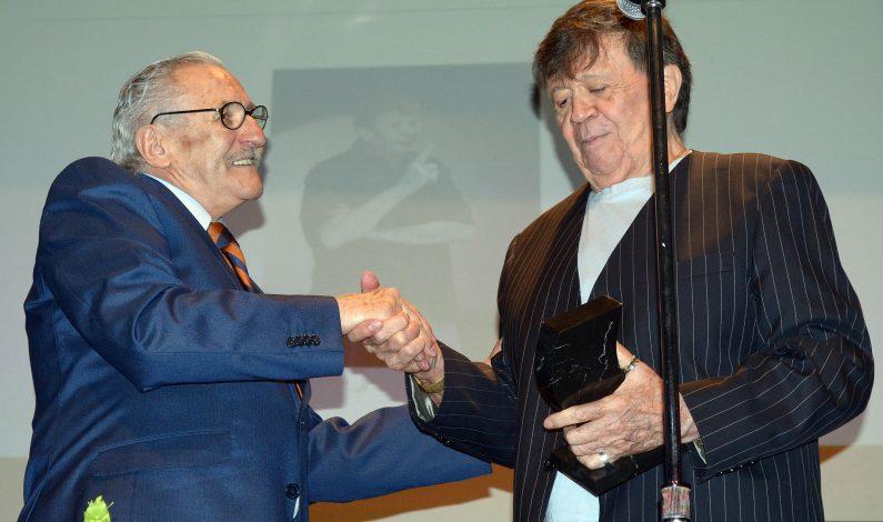 Conmueve a Xavier López reconocimiento como escritor