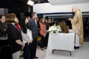 El padre José de jesús Aguilar oficio la misa por el inicio de grabacionea de %22Mujeres de Negro%22. Foto Cortesía de Televisa