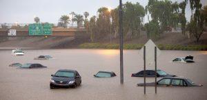 La inundación causada por las lluvias asociadas al huracán Norberto sumergieron numerosos autos en la autopista Interestatal 10 en Phoenix, Arizona, el lunes 8 de septiembre de 2014. (Foto de AP /The Arizona Republic, Michael Chow) Crédito obligatorio