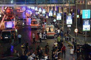 El ataque ocurrió la noche del martes en la zona de vuelos internacionales de la terminal aérea de Ataturk. Foto: Tomada de Twitter