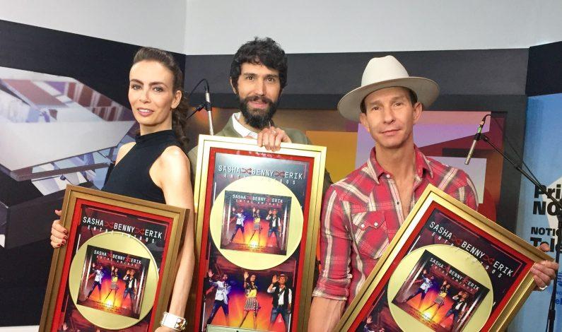 """Sasha, Benny y Erik reciben Disco de Oro por """"Entre Amigos"""""""