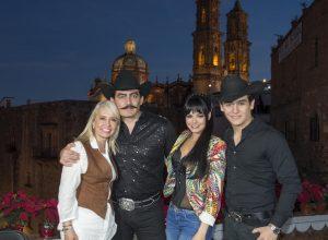 La productora Carla Estrada al lado de  José Manuel Figueroa, Livia Brito y Julián Figueroa, protagonistas de la serie de Joan Sebastian. Foto Cortesía de Televisa (1)