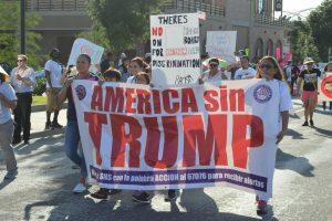 60616225. Dallas, 16 Jun 2016 (Notimex-Francisco Trujillo).- Unas mil 500 personas, muchos inmigrantes hispanos, participaron hoy en Dallas en una marcha de rechazo a la visita del virtual candidato republicano a la Presidencia de Estados Unidos, Donald Trump, y de sus posturas políticas. NOTIMEX/FOTO/FRANCISCO TRUJILLO/COR/POL