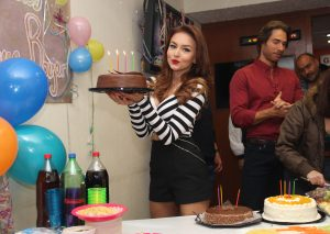 """Feliz por su cumpleaños 28, la actirz agradeció las muestras de cariño de sus compañeros de """"Tres Veces Ana"""". Foto Cortesía de Televisa. .JPG"""