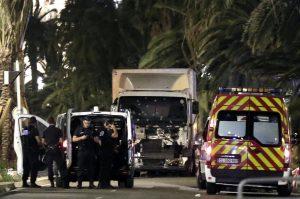 En el camión con el que realizó el ataque se encontraron una pistola, una tarjeta bancaria, un celular y varias armas, pero todas falsas.