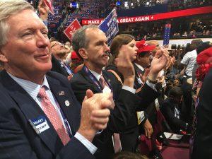 Simpatizantes de Donald Trump aplauden mientras el candidato republicano habla sobre sus planes de gobierno. Foto: Notimex