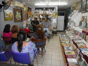 El local de Aceves cuenta con una pequeña cafetería, donde ofrecen capuchinos y refrescos, en especial a quienes acuden a las presentaciones y lecturas nocturnas de libros.