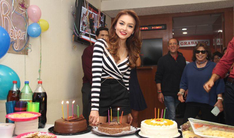 Celebran a Angelique Boyer su cumpleaños 28 con ¡tres pasteles!