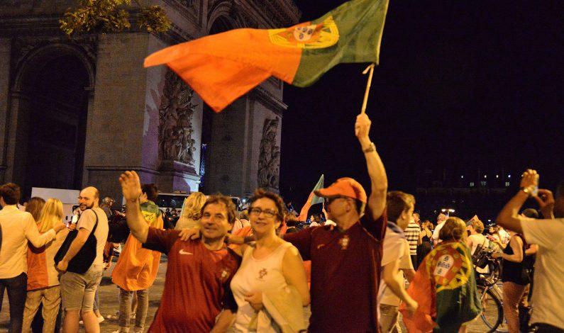 Miles de eufóricos portugueses celebran Eurocopa en calles francesas