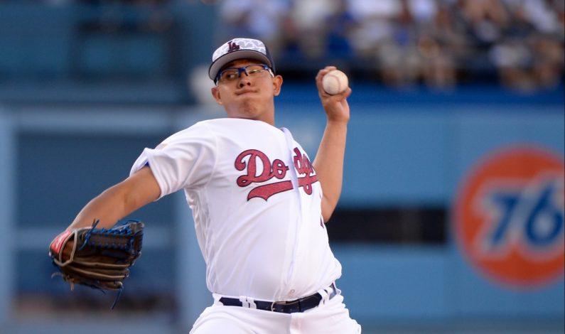 Duelo mexicano Urías-Gallardo queda tablas en victoria de Dodgers