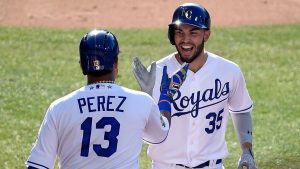 Eric Hosmer (1) y el dominicano Salvador Pérez (1), ambos de Reales de Kansas City, conectaron sendos cuadrangulares,