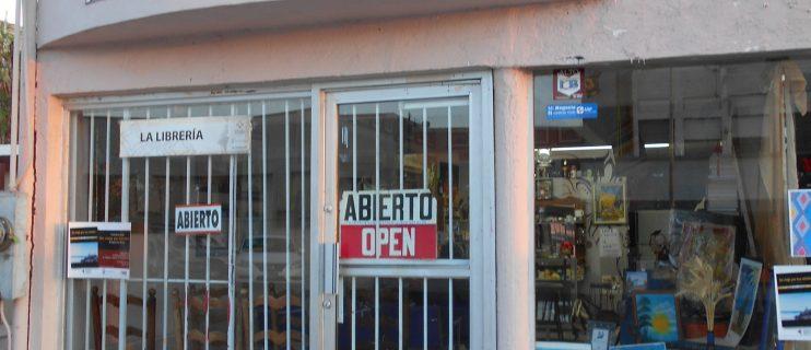Deportado de EU funda librería y promueve literatura en SLRC