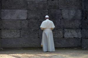 """60729012. Auschwitz, 29 Jul. 2016 (Notimex-Mazur Episkopat).- En el patio interno del Bloque 11 del campo de exterminio Auschwitz-Birkenau el Papa rindió un conmovedor homenaje a las víctimas del holocausto perpetrado por los nazis entre 1940 y 1945. ante el """"muro de la muerte"""", donde los detenidos eran fusilados, Francisco se detuvo en silencio y ahí mismo encendió una lámpara de aceite que regalo al campo.  NOTIMEX/FOTO/MAZUR EPISKOT/COR/REL/"""