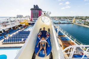 Levy y su hijo disfrutaron de la montaña rusa acuática AquaDuck. Foto Cortesía Disney Cruise Line Fotos:Matt Stroshane.