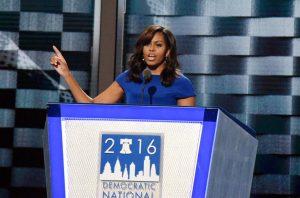 60725193. Filadelfia, 25 Jul. 2016 (Notimex-José López Zamorano).- La primera dama Michelle Obama criticó esta noche al millonario Donald Trump por su carácter impulsivo y sostuvo que Hillary Clinton es la persona más capacitada para ser presidenta de Estados Unidos, durante su participación en la Convención Nacional Demócratas. NOTIMEX/FOTO/ JOSÉ LÓPEZ ZAMORANO/FRE/POL