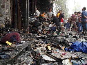 60704036. Bagdad, 4 Jul. 2016 (Notimex-Xinhua).- Iraquíes se reúnen en el sitio del atentado suicida con coche bomba en el barrio de Karada. El primer ministro al-Abadi, condenó el atentado y declaró tres días de duelo en todo el país. NOTIMEX/FOTO/XINHUA-KHALIL DAWOOD/COR/WAR/
