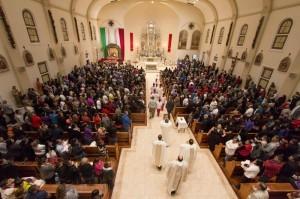 Cientos-de-feligreses-se-reunieron-en-la-Iglesia-del-Inmaculado-Corazón-de-María-la-nochel-del-jueves-para-venerar-a-la-Virgen-de-Guadalupe